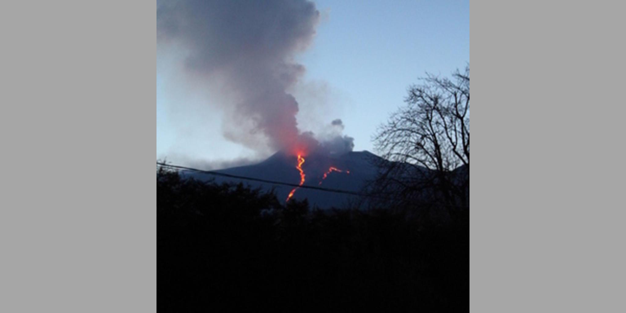 b_SX1930_20140826102105_vista_eruzione_dalla_terrazza_privata_sul_tetto.JPG